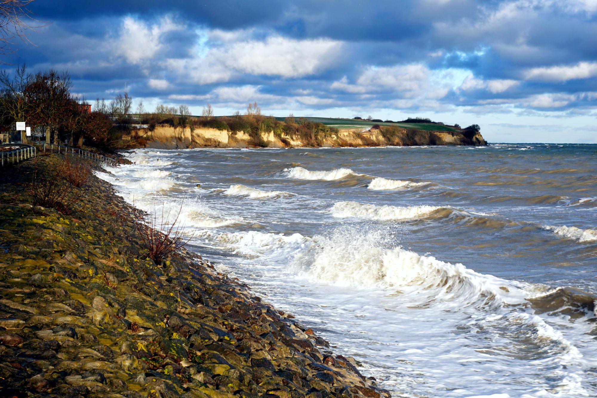 Sturmhochwasser mit Blick auf die Redewischer Steilküste