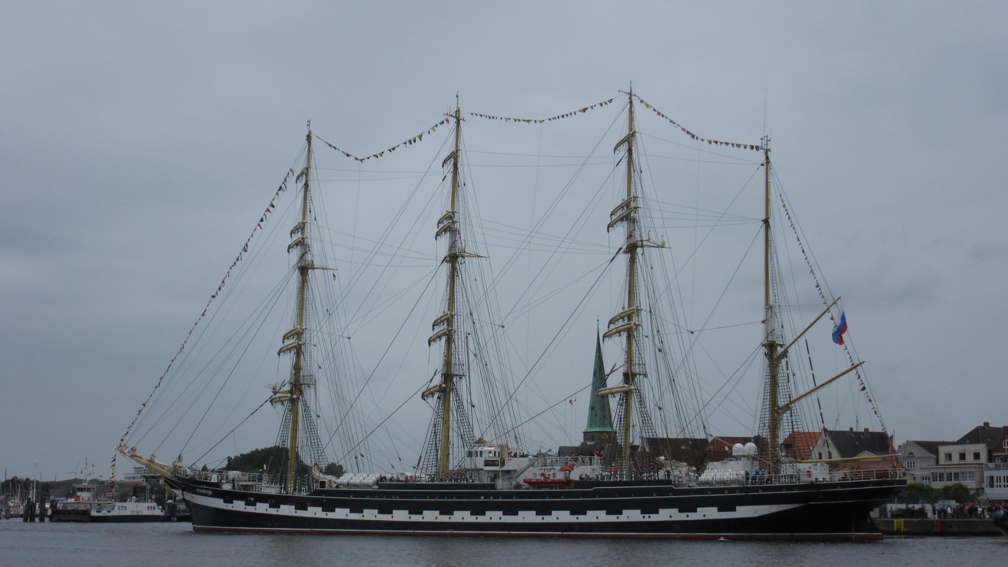 Das russische Segelschulschiff Kruzenshtern in Travemünde