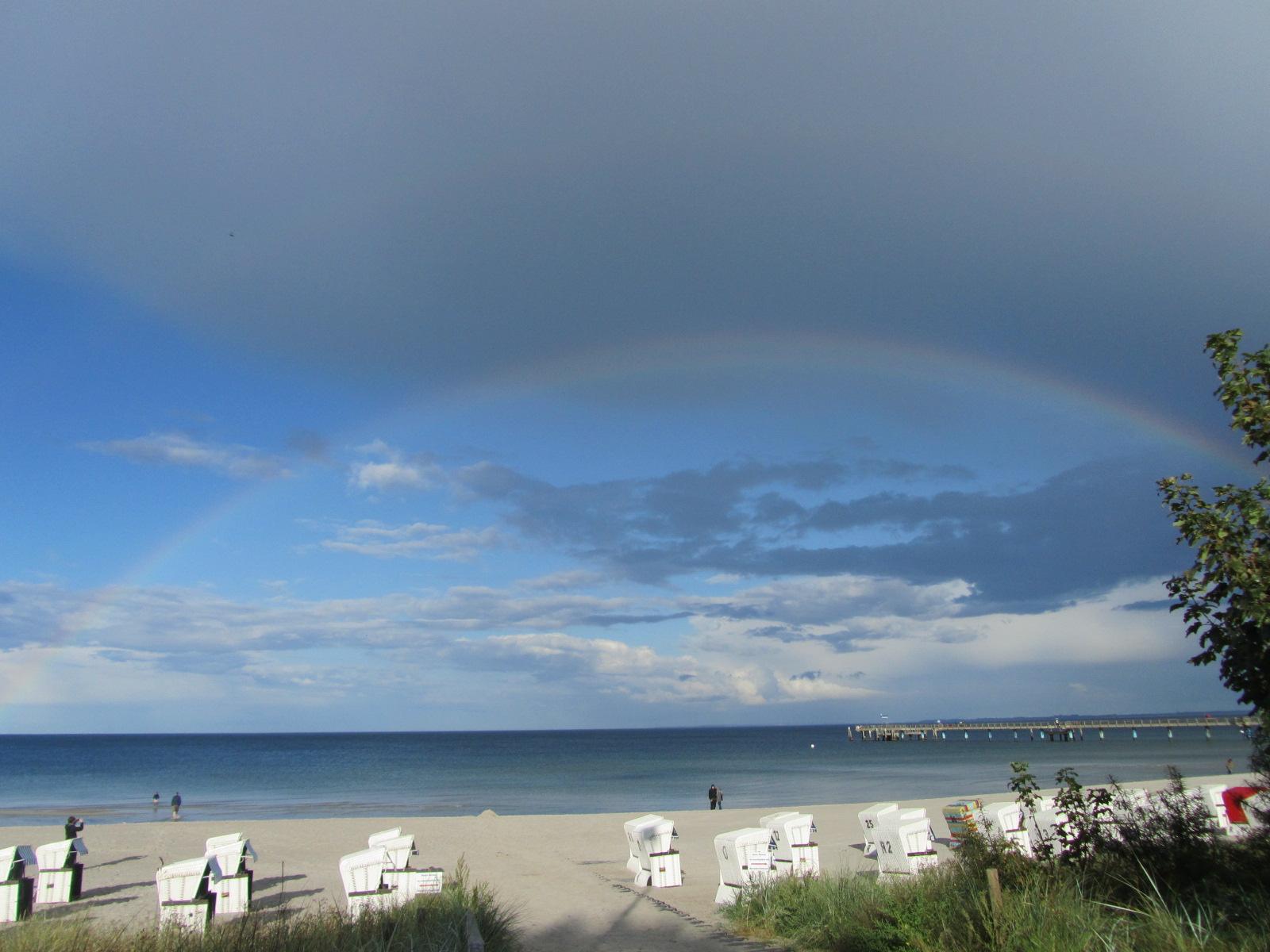 Ein Regenbogen spannt sich über die Ostsee