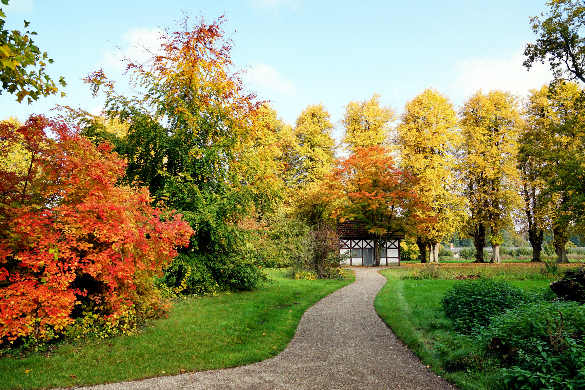 """Fachwerkhaus """"Weiße Leiche"""" im Park von Schloss Bothmer"""