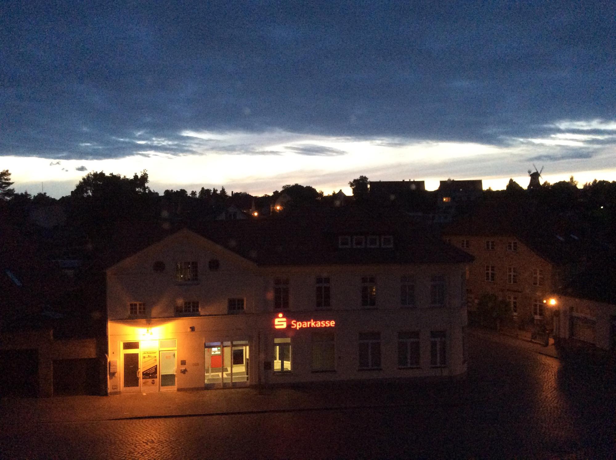 Wunderschöner Himmel über Klütz. Marktplatz mit der Klützer Mühle im Hintergrund.